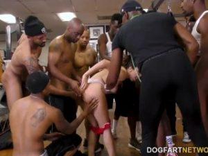 Valentina Nappi intr-un gangbang interracial cu puli negre imense