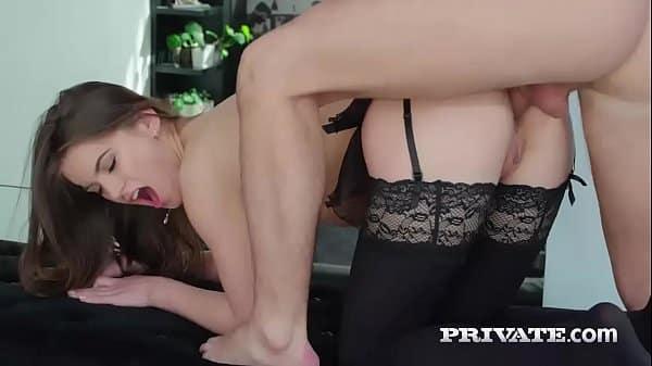 Penetrare anală a unei tinere cu noua ei lenjerie