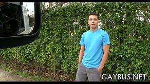 O dubă ridică bărbați gays ca să-i tragă