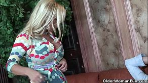O milf blondă, voluptoasă și sexy, se străduiește să-și facă un facial