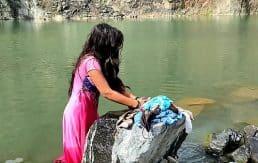 गाव की लड़कि कपड़ा धो रही थी तभी जाकर जबरदस्ती चोदा। उसका mms वीडियो लिक